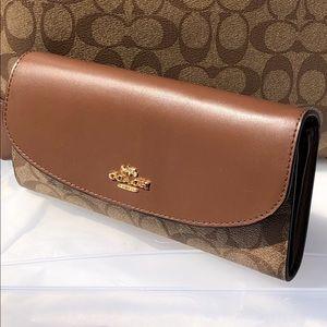Coach signature wallet 💯Authentic